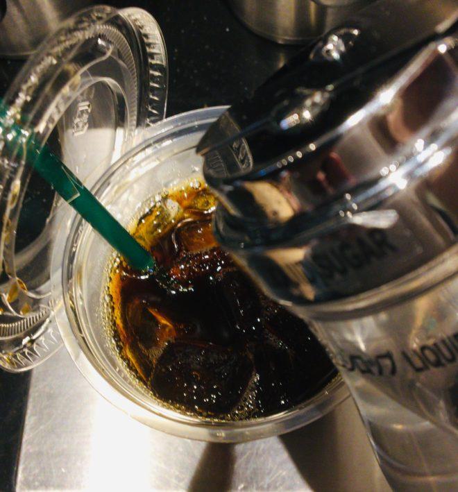 スタバ アイスコーヒーにシロップを入れる